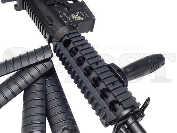 深いブラックの塗装とプリントによるナイツ社ロゴマーク。実銃SR16の特徴を完璧に再現したレシーバー部分