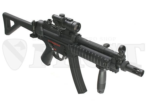写真の内容の他、銃口にワンタッチで着脱できるPDWタイプのフラッシュハイダー(プラ製)も付属。ダットサイトのキャップは付属しません。
