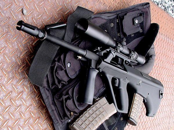 精悍なブラックのストックがスペシャルレシーバータイプの特徴。大型のスコープが良く似合う。ハイダーは14mm逆ネジ仕様