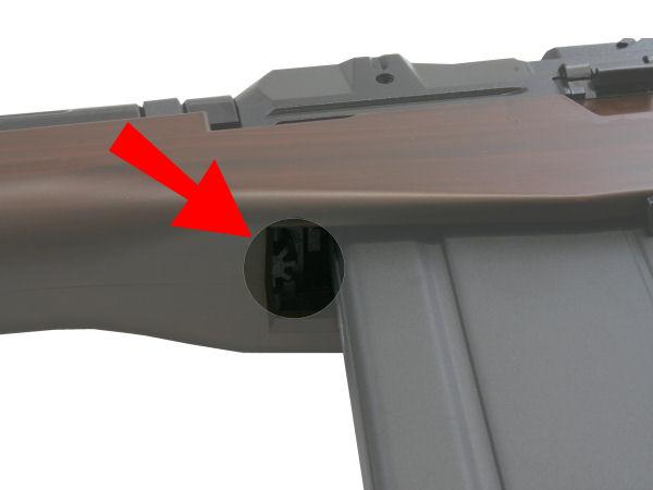 ホップ調整はマガジン装着状態で可能。マガジン交換時はラッチの感触がわかりにくいので、マガジンを引っ張って固定を確認したい