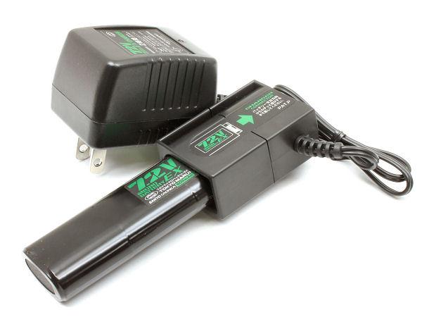 付属の専用マイクロバッテリーと、2時間オートカット機能つきの専用充電器。ニッカド電池なので、充電前に放電器(要アダプター)の使用を忘れずに。