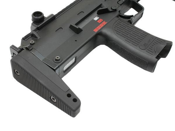 ストックの最短状態。ボディ中央のの凹んだ部分が実銃での排莢部分で、エアガンではホップアップの調整部分が中に入ってます。