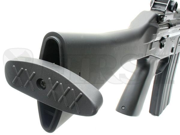 バットプレートはラバー製。引っ張って回すと固定ストック内に予備のAKバッテリー等が収納できる(収納のみで接続は出来ません)