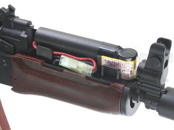 上部ハンドガードはワンタッチで外せ、8.4Vミニバッテリーを収納(コードが短いタイプは内部の加工が必要)