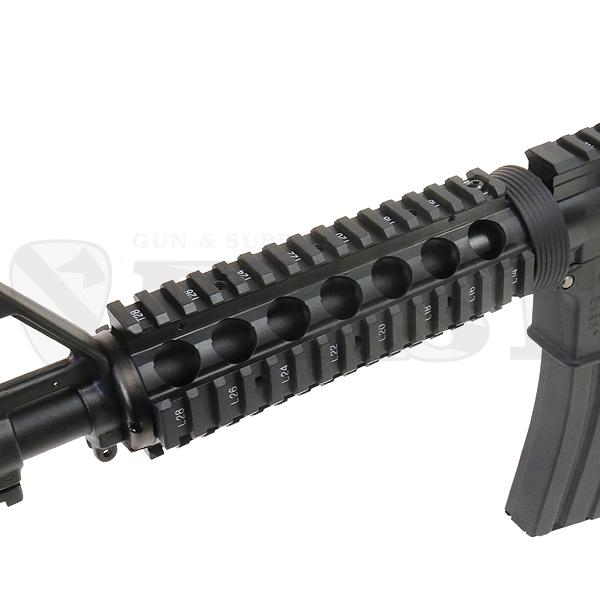 付属の82連マガジンは従来型M16マガジンより長いリアルサイズ。最後の1発まで撃ちきれる。30発への切換はカバーを外して行う