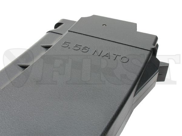 付属の470連マガジンには「556NATO」の文字が。AK74用と良く比べると長さはほぼ同じでカーブは緩い。