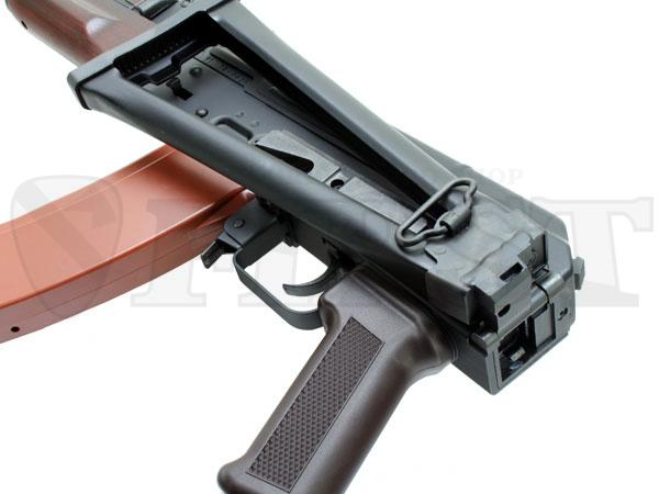 一般歩兵に支給されたAK74の合板製固定ストックに対し、空挺部隊用にスケルトンストックを装備。折りたたんでの射撃も可能。
