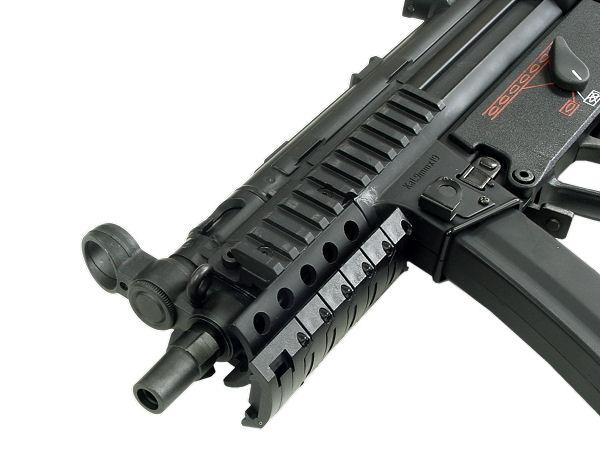 現行品は銃口部が14mm逆ネジとなり、サイレンサー等の装着も可能。(写真は旧タイプです)