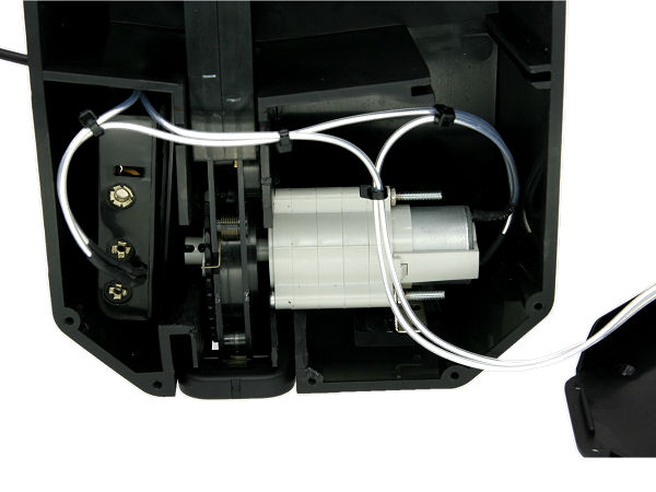 小型化されたギア部分<br>単三電池4本使用します(別売)