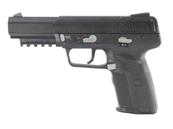実銃通り、グレーのレバー類も全てプラスチック製。 銃口側からテイクダウンラッチ、セフティレバー、トリガーガード基部にマガジンキャッチ、スライドストップ。 可変ホップの調整はスライドを外してダイヤルを回すお馴染みの方式。